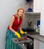 Mujeres que cocinan la comida en la cocina Imagenes de archivo