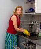 Mujeres que cocinan la comida en la cocina Foto de archivo libre de regalías