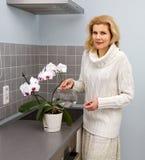 Mujeres que cocinan la comida en la cocina Fotos de archivo