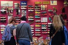 Mujeres que compran zapatos Foto de archivo