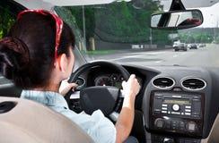 Mujeres que conducen un coche Foto de archivo libre de regalías