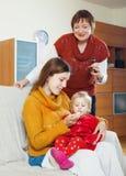 Mujeres que cuidan para el bebé enfermo Foto de archivo