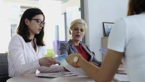 Mujeres que discuten ideas en la oficina almacen de video
