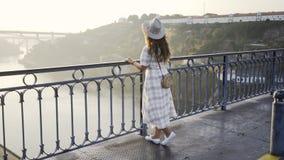 Mujeres que disfrutan de salida del sol en el puente de Ponte Luis I almacen de metraje de vídeo
