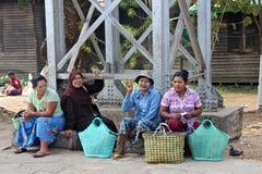 Mujeres que esperan el tren en Rangún Imagen de archivo libre de regalías