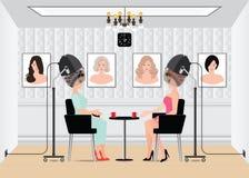 Mujeres que esperan mientras que se seca bajo hairdryer en salón de belleza Imagenes de archivo