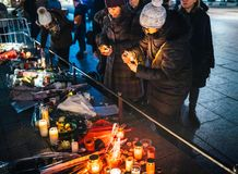 Mujeres que están de luto en la gente de Estrasburgo que paga tributo a las víctimas de fotografía de archivo