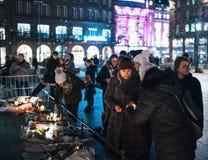 Mujeres que están de luto en la gente de Estrasburgo que paga tributo a las víctimas de imágenes de archivo libres de regalías