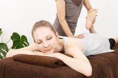 Mujeres que experimentan un masaje Fotos de archivo libres de regalías