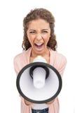 Mujeres que gritan en el megáfono. Vista delantera de mujeres jovenes enojadas Imagen de archivo libre de regalías