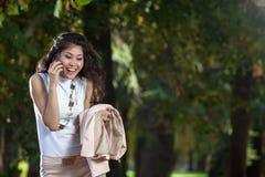 Mujeres que hablan en el teléfono Imágenes de archivo libres de regalías