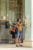 Mujeres que hablan en el teléfono La Habana Fotografía de archivo libre de regalías