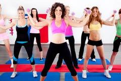 Mujeres que hacen aeróbicos con pesa de gimnasia Imagenes de archivo