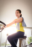 Mujeres que hacen biking interior en un club de fitness Foto de archivo