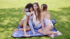 Mujeres que hacen caras y selfies metrajes
