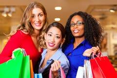 Mujeres que hacen compras en alameda fotos de archivo libres de regalías
