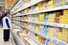 Mujeres que hacen compras en el supermercado