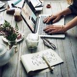 Mujeres que hacen compras en línea usando concepto de los dispositivos fotos de archivo libres de regalías