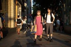 Mujeres que hacen compras en Tokio Imagen de archivo