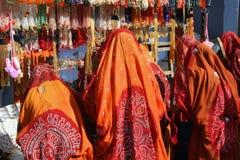Mujeres que hacen compras en un mercado en la India Imágenes de archivo libres de regalías