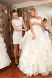 Mujeres que hacen compras para el vestido de boda Imágenes de archivo libres de regalías
