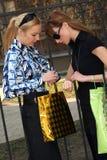 Mujeres que hacen compras que miran sus relojes fotos de archivo