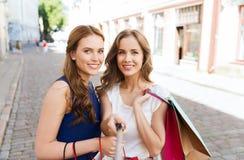 Mujeres que hacen compras y que toman el selfie por smartphone Imagen de archivo libre de regalías