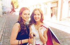 Mujeres que hacen compras y que toman el selfie por smartphone Imagen de archivo