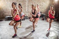 Mujeres que hacen ejercicio, aptitud y forma de vida sana imagen de archivo