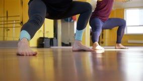 Mujeres que hacen ejercicio en trx en el club de fitness almacen de video