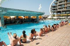 Mujeres que hacen el aquagym en una piscina del centro turístico Imagen de archivo