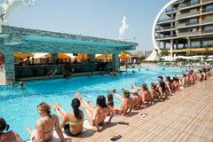 Mujeres que hacen el aquagym en una piscina del centro turístico Foto de archivo libre de regalías