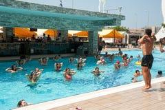 Mujeres que hacen el aquagym en una piscina del centro turístico Fotografía de archivo libre de regalías