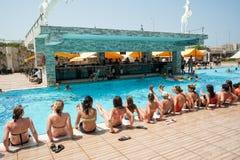 Mujeres que hacen el aquagym en una piscina del centro turístico Imagenes de archivo
