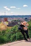 Mujeres que hacen el selfie con la torre de Gediminas y el castillo más bajo Imagen de archivo
