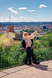 Mujeres que hacen el selfie con la torre y un castillo más bajo Vilna de Gediminas Foto de archivo libre de regalías