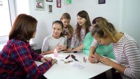 Mujeres que hacen la manicura en casa almacen de video