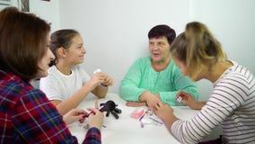 Mujeres que hacen la manicura en casa metrajes