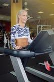 Mujeres que hacen los ejercicios cardiios, corriendo en las ruedas de ardilla en el gimnasio Fotos de archivo libres de regalías