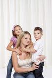 Mujeres que juegan con sus niños Foto de archivo libre de regalías
