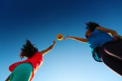 Mujeres que juegan con una bola Imagen de archivo libre de regalías