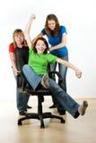 Mujeres que juegan en silla de la oficina Fotos de archivo libres de regalías