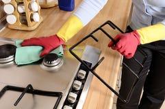 Mujeres que limpian la casa Foto de archivo