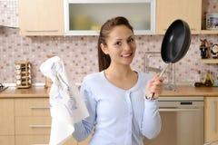 Mujeres que limpian la casa Foto de archivo libre de regalías