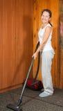 Mujeres que limpian su sala de estar Imagenes de archivo