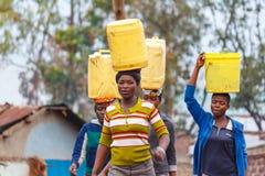 Mujeres que llevan el agua imagen de archivo libre de regalías