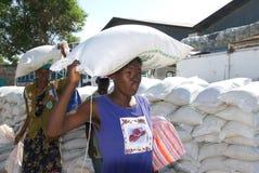 Mujeres que llevan el alimento Foto de archivo