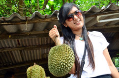 Mujeres que llevan el Durian Imágenes de archivo libres de regalías