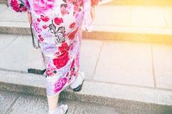Mujeres que llevan el kimono que camina en la calle para el kimono que lleva el hacer compras y del día cultural Imágenes de archivo libres de regalías