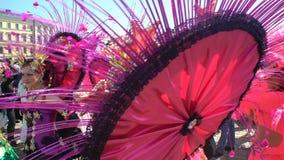 Mujeres que llevan los trajes fantásticos del carnaval durante el carnaval de la samba metrajes
